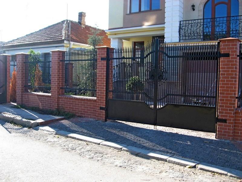 Забор из профнастила с элементами ковки