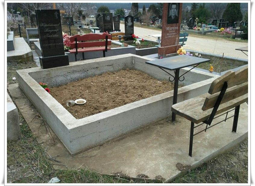 Цоколь на кладбище